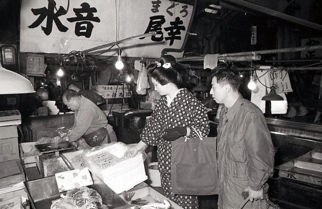 Tsukiji Market, Geisha comes to buy seafood in 1970s