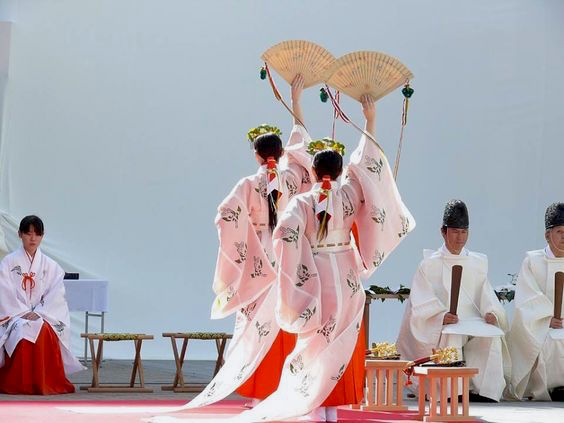 Miko, kagura dance