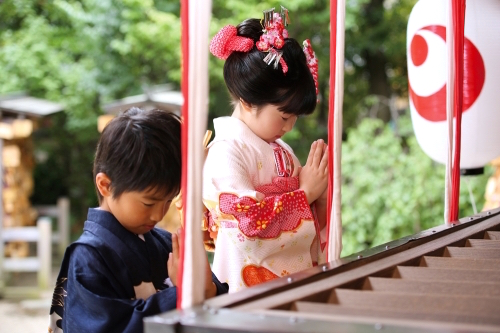 Shichi-Go-San, children praying in front of the shrine