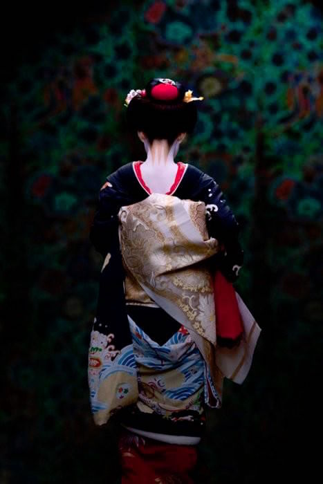 A Maiko with W-Shped Pattern Makeup on the Nape
