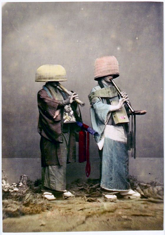 Komuso are characterised by the straw basket (tengai) worn on the head, manifesting the absence of specific ego.