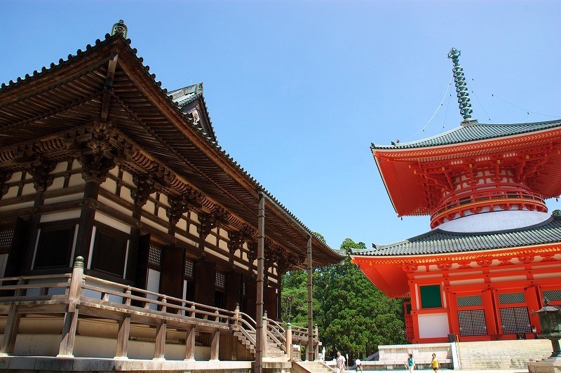 Kondo (main hall) on the left, Danjo Garan (the precinct for religious practices)- Konpon Daito on the right on Koyasan