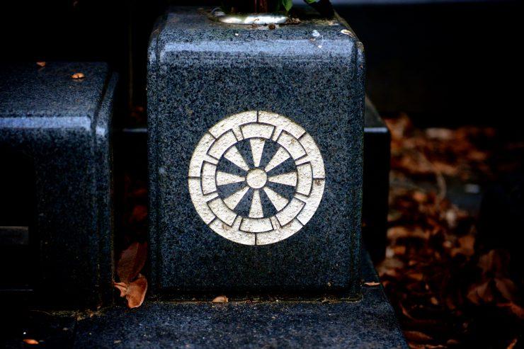 Genji-guruma, a cartwheel of an oxcart on a tombstone